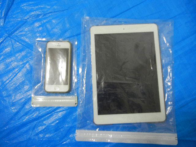 iPhoneとiPadを防水袋に入れて保護。
