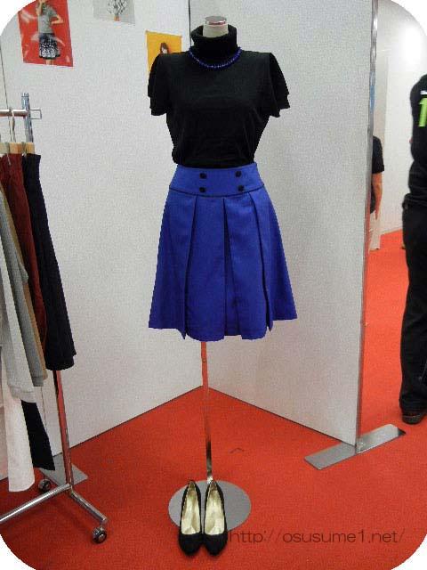 ネックレス付きタートルニットブラックと配色ボタン使いのスカート
