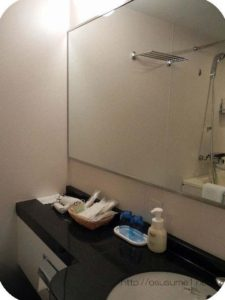 洗面台の大きな鏡