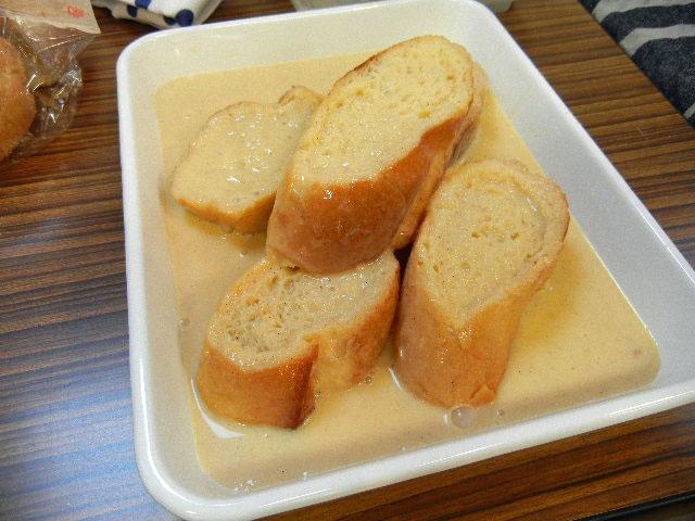 卵液にパンをつける。