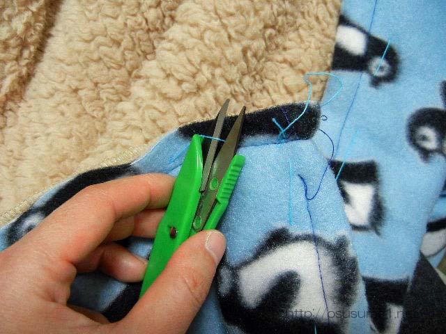 仮縫いの糸を切る。
